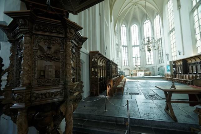 Bolsward - Martinikerk 1466 - Main Nave : Choir - View ENE on Preekstoel : Pulpit 1662 - Gothic Choirbenches 1490